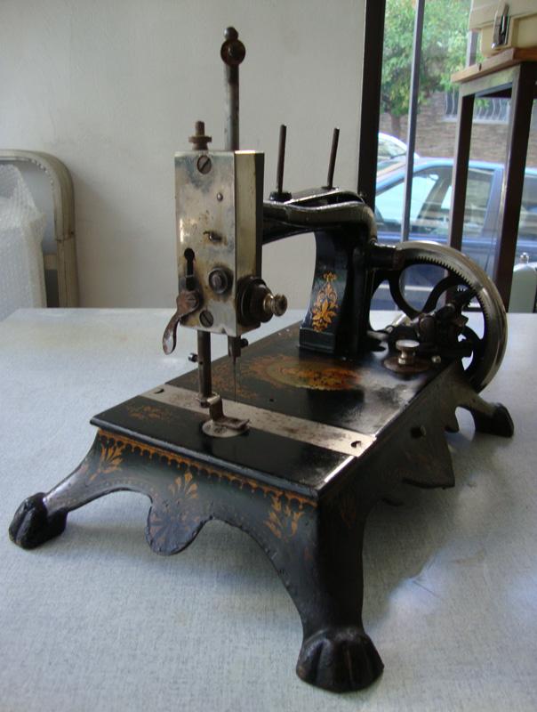 Ραπτομηχανή Αντίκα από την εποχή της Β. Όλγας (~160 ετών)